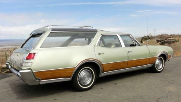 1969-oldsmobile-vista-cruiser-rear-corner