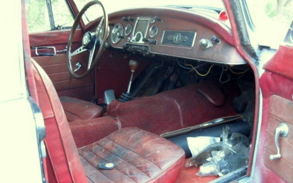 mga-1600-coupe-interior